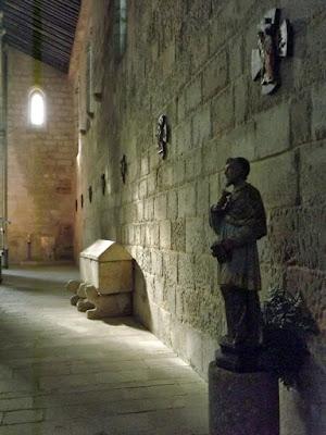 Escultura e túmulo no Mosteiro de Leça do Balio