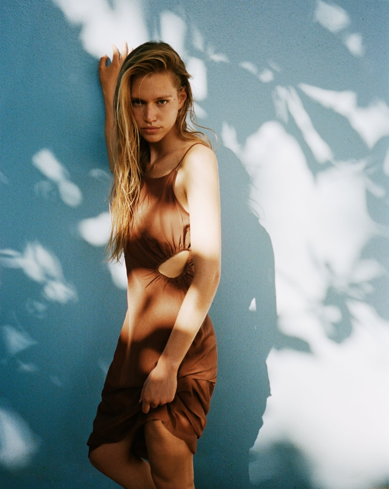 Nikki McGuire poses in Zara Cut Out Linen Blend Dress.