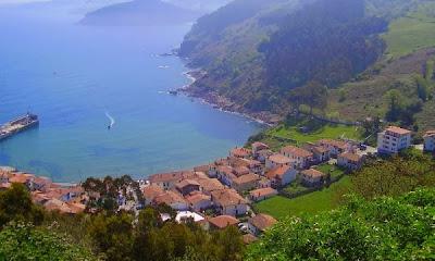 Vista de Tazones y el puerto pesquero en Asturias