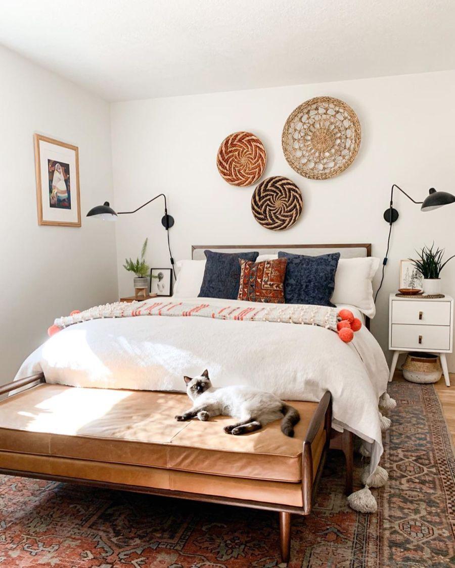 Dom wypełniony światłem, wystrój wnętrz, wnętrza, urządzanie domu, dekoracje wnętrz, aranżacja wnętrz, inspiracje wnętrz,interior design , dom i wnętrze, aranżacja mieszkania, modne wnętrza, home decor, styl klasyczny classy style, styl Hamptons, open space, otwarta przestrzeń, otwarty plan, sypialnia, bedroom, łóżko, bed, szafka nocna, dekoracja nad łóżkiem, dekoracja boho,