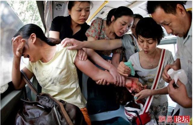 ركاب بحافلة عامة يحاولون إنقاذ إمرأة حاولت الإنتحار بقطع عروق يدها بالسكين !