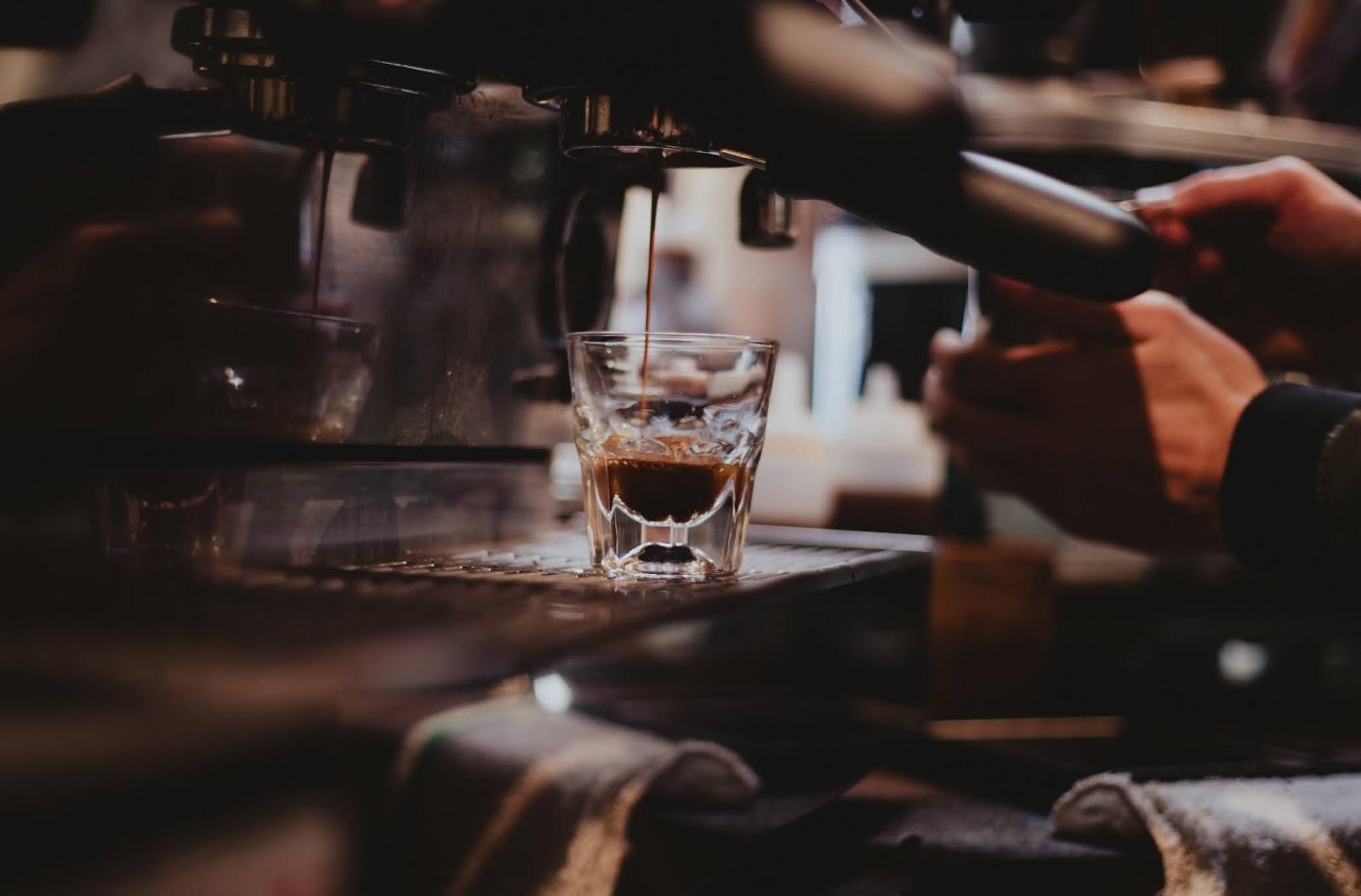 Καφές, αλκοόλ, παραπανίσια κιλά: Πώς σχετίζονται με τη μακροζωία