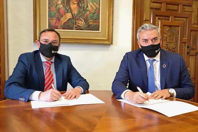 Un momento de la firma del acuerdo entre Francisco Palomares (i) y Víctor Montoro (d).