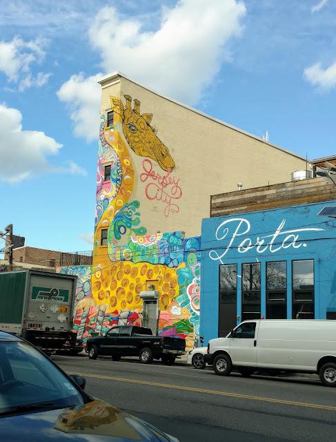"Мурал ""Нью-Джерсійська жирафа"", Катеріна Харт. Джерсі-сіті. Нью-Джерсі ('New Jersey Giraffe', Catherine Hart. Jersey City, NJ)"