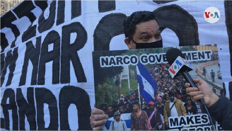 Manifestantes frente a la corte de Nueva York el martes 30 de marzo de 2021, mientras se dictaba condena contra Tony Hernández, exigían también se enjuicie al presidente hondureño, Juan Orlando Hernández / VOA