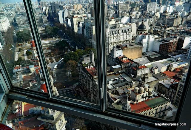 Vista do farol do Palácio Barolo, na Avenida de Mayo, Buenos Aires