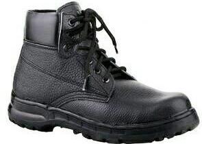 Sepatu kerja sebagai jenis alat pelindung diri untuk keselamatan kerja
