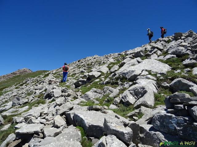 Camino a la Peñona entre roca caliza