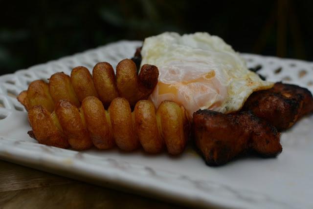Costilla adobadas con patatas y huevos fritos 01