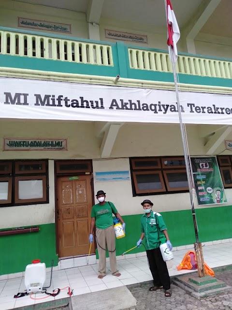 Penyemprotan Disinfektan di MI Miftahul Akhlaqiyah Semarang