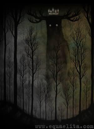 Ночное привидение среди деревьев в лесу