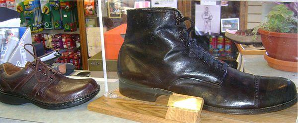 Diferencia entre un zapato normal y el zapato utilizado por Robert Wadlow