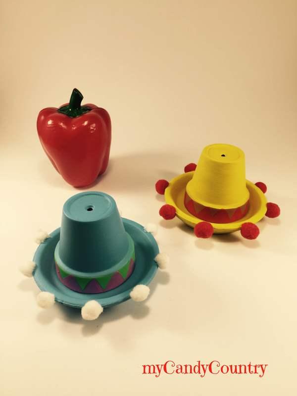 Sombreros segnaposto fai-da-te con vasi di terracotta