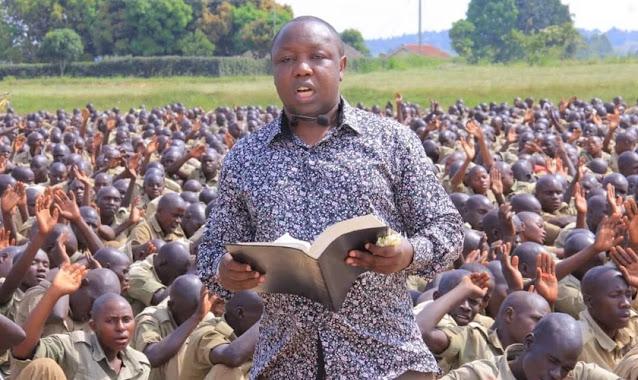 Centenas de recrutas da polícia se entregam a Jesus durante culto de oração, em Uganda