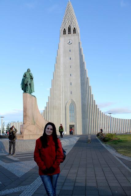 Lena frente a la iglesia Hallgrímskirkja