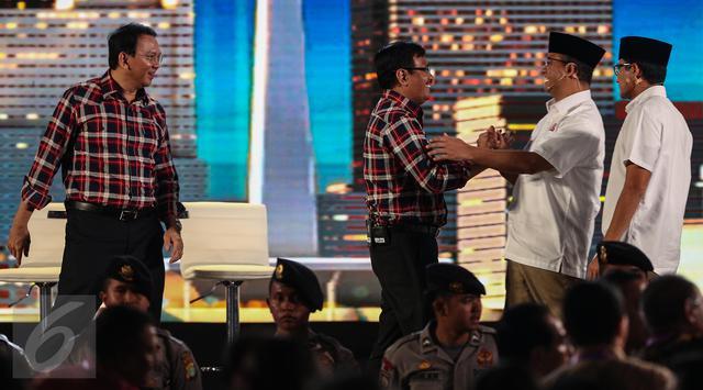 Paslon nomor urut 2 bersalaman dengan Paslon nomor urut 3 usai Debat Pilgub DKI 2017 putaran kedua, Jakarta, Jumat (27/1)