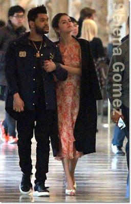 セレーナ・ゴメス(Selena Gomez)は、ヴィルシェンコ(Vilshenko)のシフォンワンピース、シャーロットオリンピア(Charlotte Olympia)のサンダルを着用。