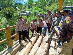 Foto : Kapolres Taput AKBP Jonner Samosir dilokasi jembatan rusak di Desa Lobu Sihim