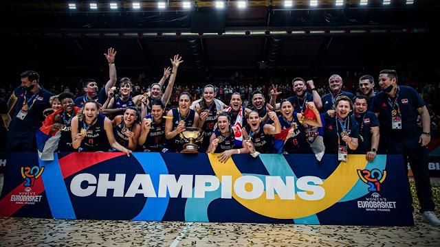 Jogadoras da Sérvia recebem o troféu do título do EuroBasket
