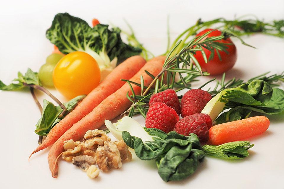 Verduras e frutas fazem parte de uma alimentação saudável. Foto: Pixabay