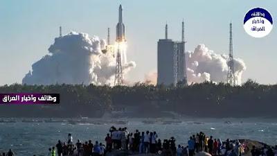 """أكدت الصين، الجمعة، أن مخاطر صاروخها الفضائي الخارج عن السيطرة، الذي يتوقع أن يدخل الغلاف الجوي للأرض بعد أيام """"ضئيلة جدا""""، بعد انتقادات من قبل الولايات المتحدة بشأن خطر محتمل. وقال المتحدث باسم الخارجية الصينية وانغ وين بين للصحافيين إن """"احتمال التسبب بأضرار على الأرض ضئيل جدا"""". وأوضح وانغ أن معظم حطام الصاروخ سيحترق عند دخول الغلاف الجوي للأرض، ومن المستبعد بشدة أن يسبب أي ضرر. وأوضح المتحدث أن الصين """"تولي اهتماما كبيرا بإعادة دخول المرحلة العليا من الصاروخ إلى الغلاف الجوي. على حد علمي، يتبنى هذا النوع من الصواريخ تصميما تقنيا خاصا، وسوف يتم احتراق الغالبية العظمى من الأجهزة وتدميرها أثناء عملية إعادة الدخول، التي لديها احتمالية منخفضة جدا للتسبب في ضرر لأنشطة الطيران أو على الأرض"""". ومن المتوقع أن يسقط الجزء الأكبر من الصاروخ الذي أطلق الوحدة الرئيسية لأول محطة فضاء صينية دائمة في المدار، عائدا إلى الأرض في وقت مبكر يوم السبت في مكان غير معروف. وعادة ما تدخل مراحل الصواريخ المهملة إلى الغلاف الجوي بعد وقت قصير من الإقلاع، وغالبا ما تسقط في الماء. وفي مايو من العام الماضي، سقط صاروخ صيني آخر خارج نطاق السيطرة في المحيط الأطلسي قبالة غرب إفريقيا. وتتوقع وزارة الدفاع الأميركية (بنتاغون) أن تسقط بقايا الصاروخ على الأرض يوم السبت، وقالت في بيان يوم الثلاثاء إن المكان الذي ستضربه """"لا يمكن تحديده إلا في غضون ساعات من عودته""""."""
