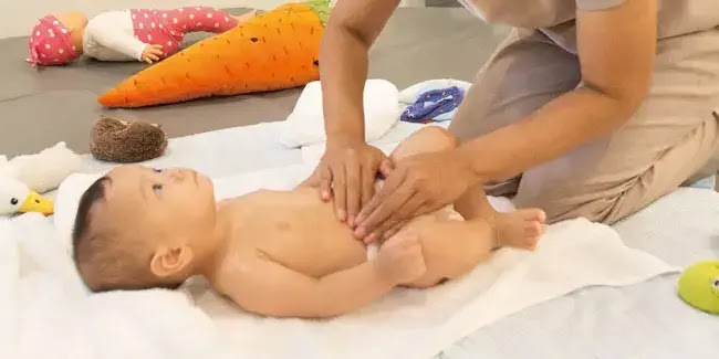 gunakan minyak telon saat memijat bayi