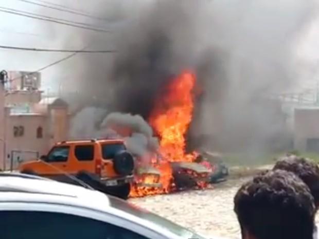 Motorista para sobre fogueira e carros pegam fogo em Natal; veja vídeo