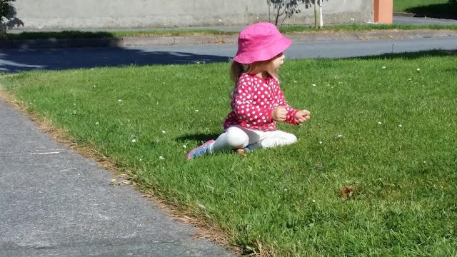 tyttö, pallopaita, Marimekko, kesähattu, nurmikko