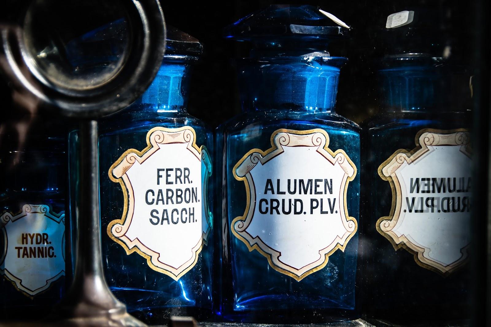 Ni kwas, ni wydra: o kwasie ferulowym, kojowym, fitowym (fitynowym), azelainowym i hialuronowym w kosmetyce