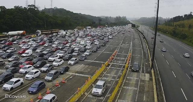 Mais de 100 mil veículos descem sentido Litoral Paulista em 36 horas