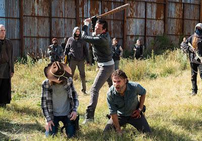 Carl Grimes (Chandler Riggs), Negan (Jeffrey Dean Morgan) e Rick Grimes (Andrew Lincoln) nell'episodio 16