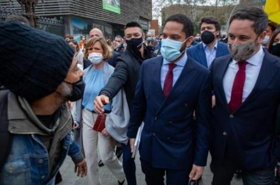 Un hombre ha intentado agredir al líder de Vox, Santiago Abascal, y al candidato de Vox en el Parlament, Ignacio Garriga