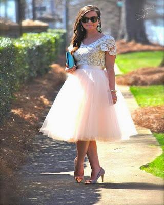 outfit de primavera con falda de tul y blusa de encaje