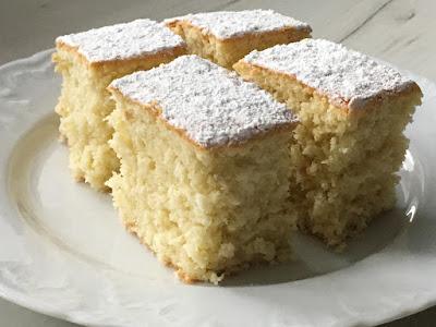 Kawałki ciasta kokosowego z cukrem pudrem