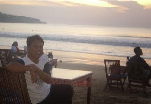 JIMBARAN : Penuis duduk di tepi Pantai Jimbaran, sekitar tahun 2010 yang lalu.  Foto Syahir Badulu (Makasar)