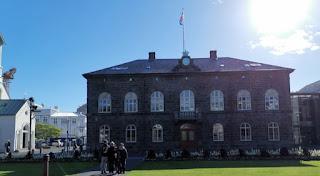 Reykjavík, plaza Austurvöllur. Sede del Gobierno o Alþingi.