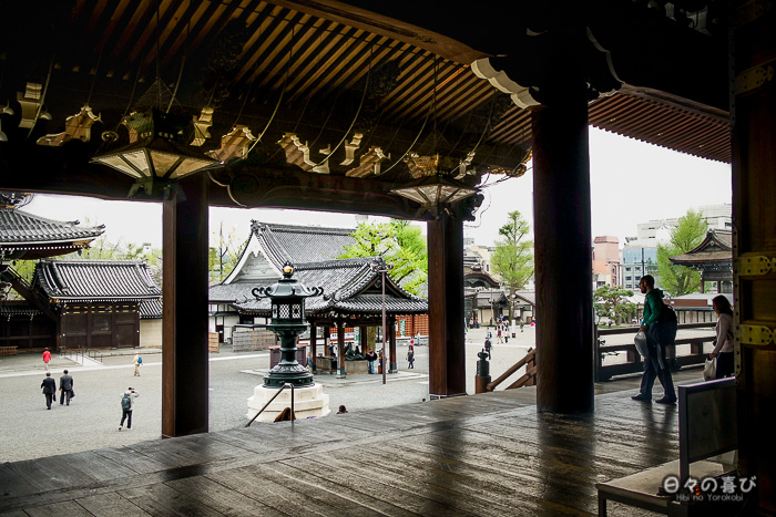 vue sur la cour depuis le hall principal, Higashi Hongan-ji, Kyoto.