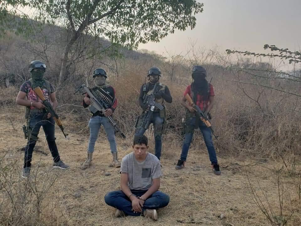 VIDEO; Ejecutan y exhiben a hijo de exdirigente priista por sicarios encapuchados, después de que lo levantaran en Tierra Caliente.