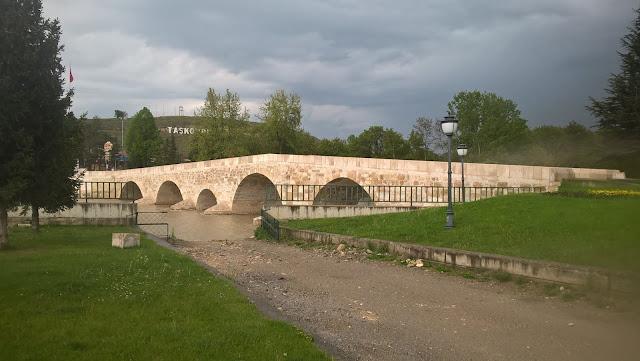 Roma döneminde inşaa edilen 68 metre uzunluğunda ve ortalama 5.10 metre genişliğinde olan 6 gözlü tarihi Taşköprü Osmanlı ve Selçuklu dönemlerinde çeşitli onarımlar geçirmiştir. - Taşköprü, Kastamonu