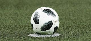 أرضية ملعب كرة قدم وكرة بيضاء في سوداء