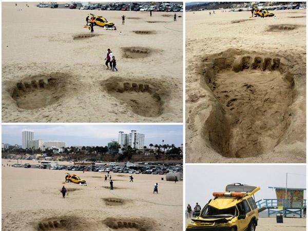 تم حفر أقدام كبيرة على رمال الشاطئ وذلك للترويج لفيلم كينج كونغ