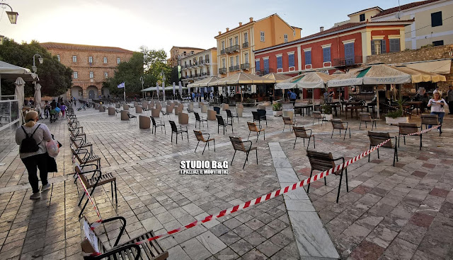 """Γέμισε """"Άδειες καρέκλες"""" η ιστορική πλατεία Συντάγματος στο Ναύπλιο (βίντεο)"""