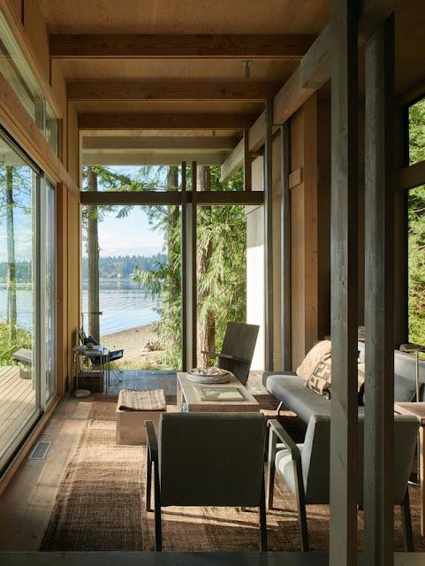 intérieur d'une maison à Washington regardant vers l'eau.