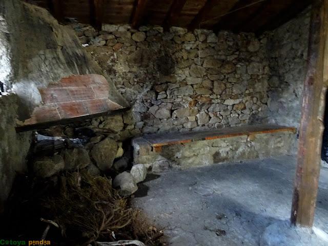 Chimenea e interior del Refugio de Malacatones