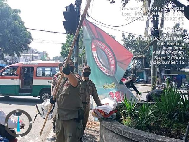 [VIDEO] Didatangi Warga, Satpol PP Bandung Pasang Lagi Baliho HRS Yang Mereka Copot