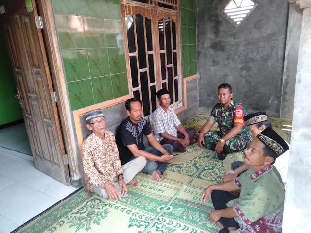Jalin Silaturahmi Babinsa Trucuk Komsos Dengan Tokoh Masyarakat