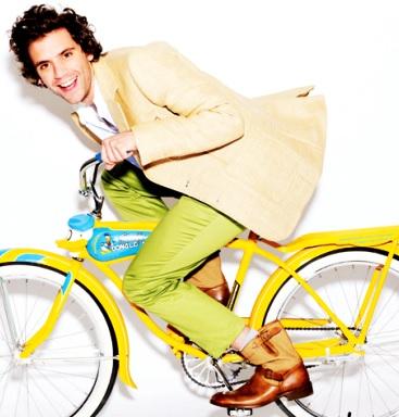 Foto de Mika montando bicicleta