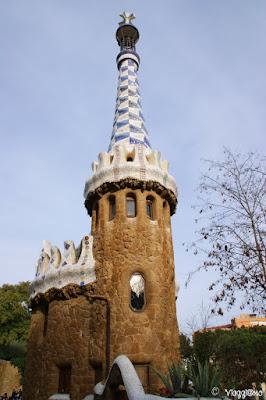 Un bel particolare di uno dei padiglioni del Parc Guell di Barcellona