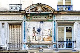 """Paris : Ancienne enseigne """"Au planteur"""" 10 / 12 rue des Petits Carreaux, témoignage polémique du passé colonialiste de la France - IIème"""