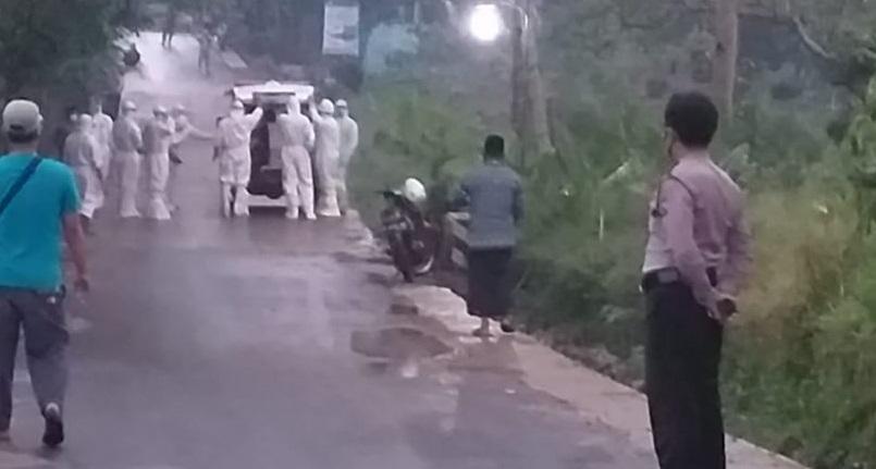 Polisi Kawal Pemakaman Jenazah dengan Protokol Covid-19 di Kejobong